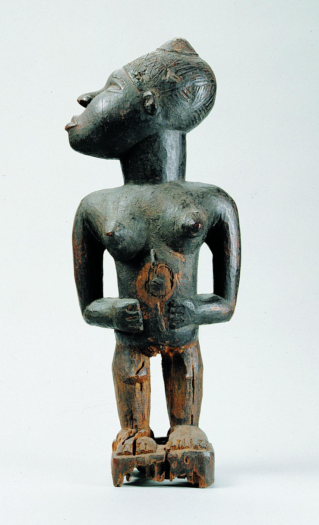 Afbeelding: Krachtbeeld van staande vrouwelijke figuur met afgewend hoofd, AE.0609, Collectie Stad Antwerpen, MAS, foto: Michel Wuyts