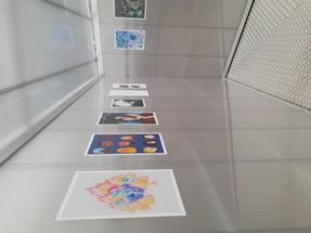 gekleurde affiches tegen een zilverkleurige wand