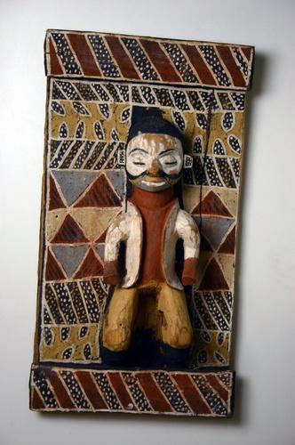 houten paneel met menselijke figuur in felle kleuren