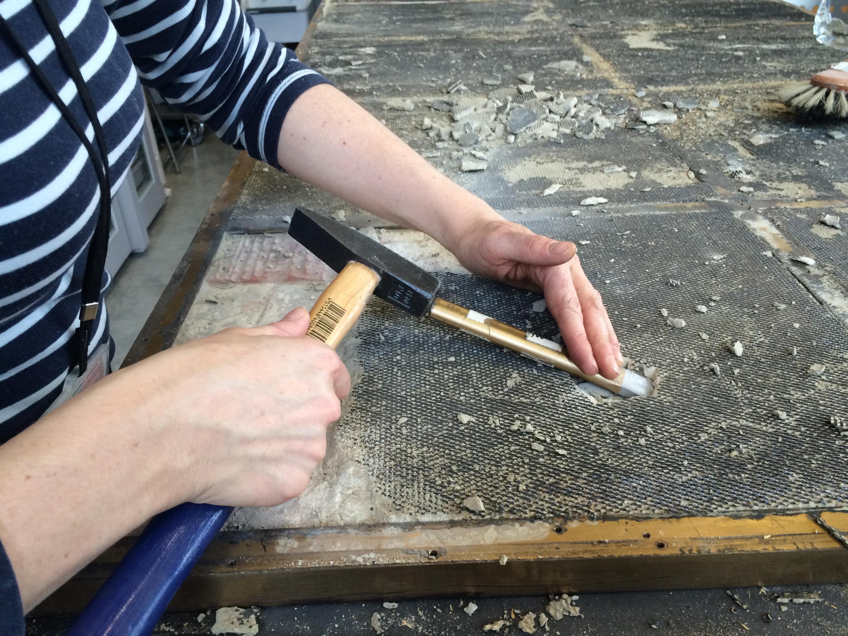 Verwijderen van mortel van de gedemonteerde tegels