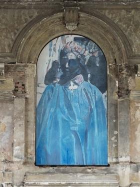 schilderij van een figuur in een lange blauwe mantel