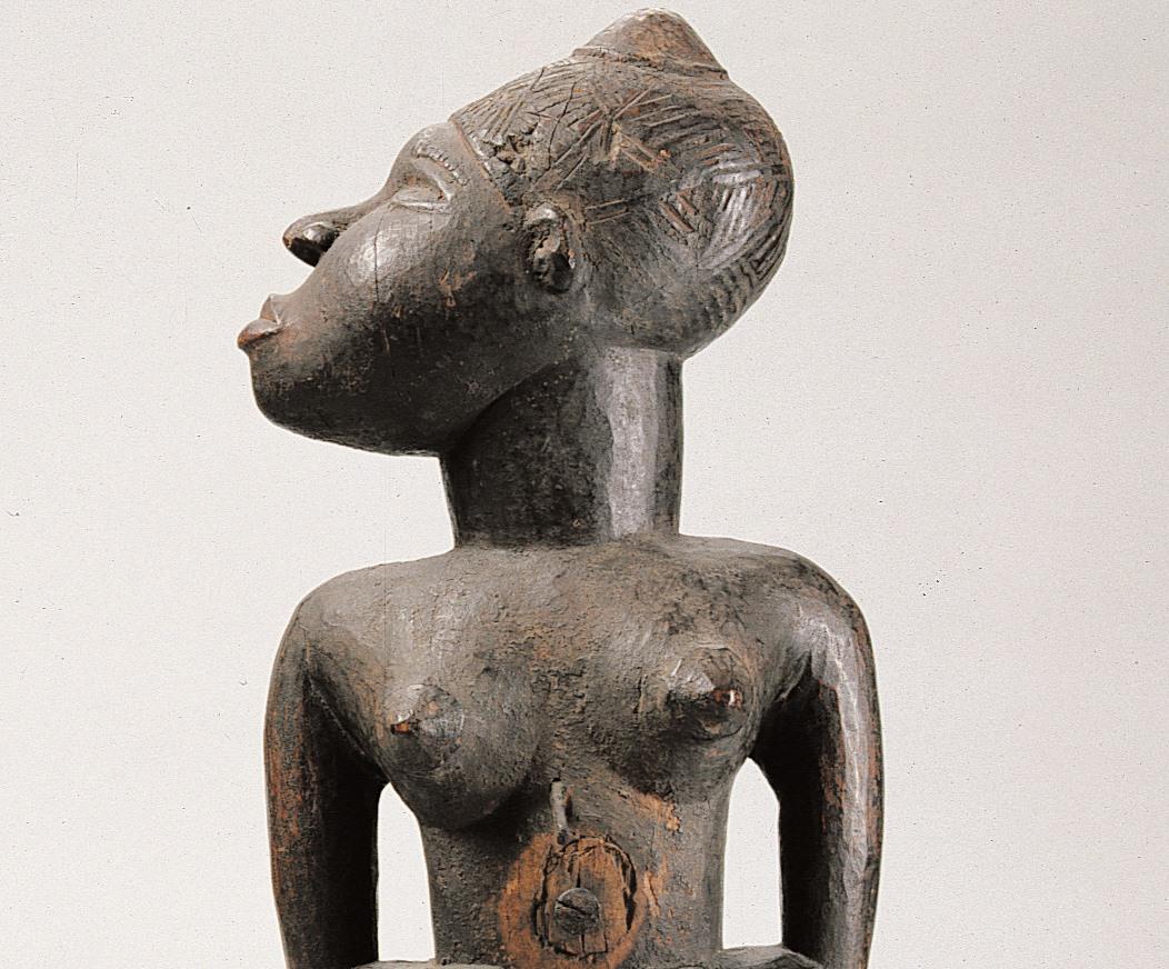 Krachtbeeld van staande vrouwelijke figuur met afgewend hoofd